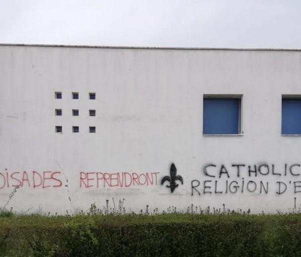 تحقيق في فرنسا حول شعارات مناهضة للإسلام على جدران مسجد غرب البلاد