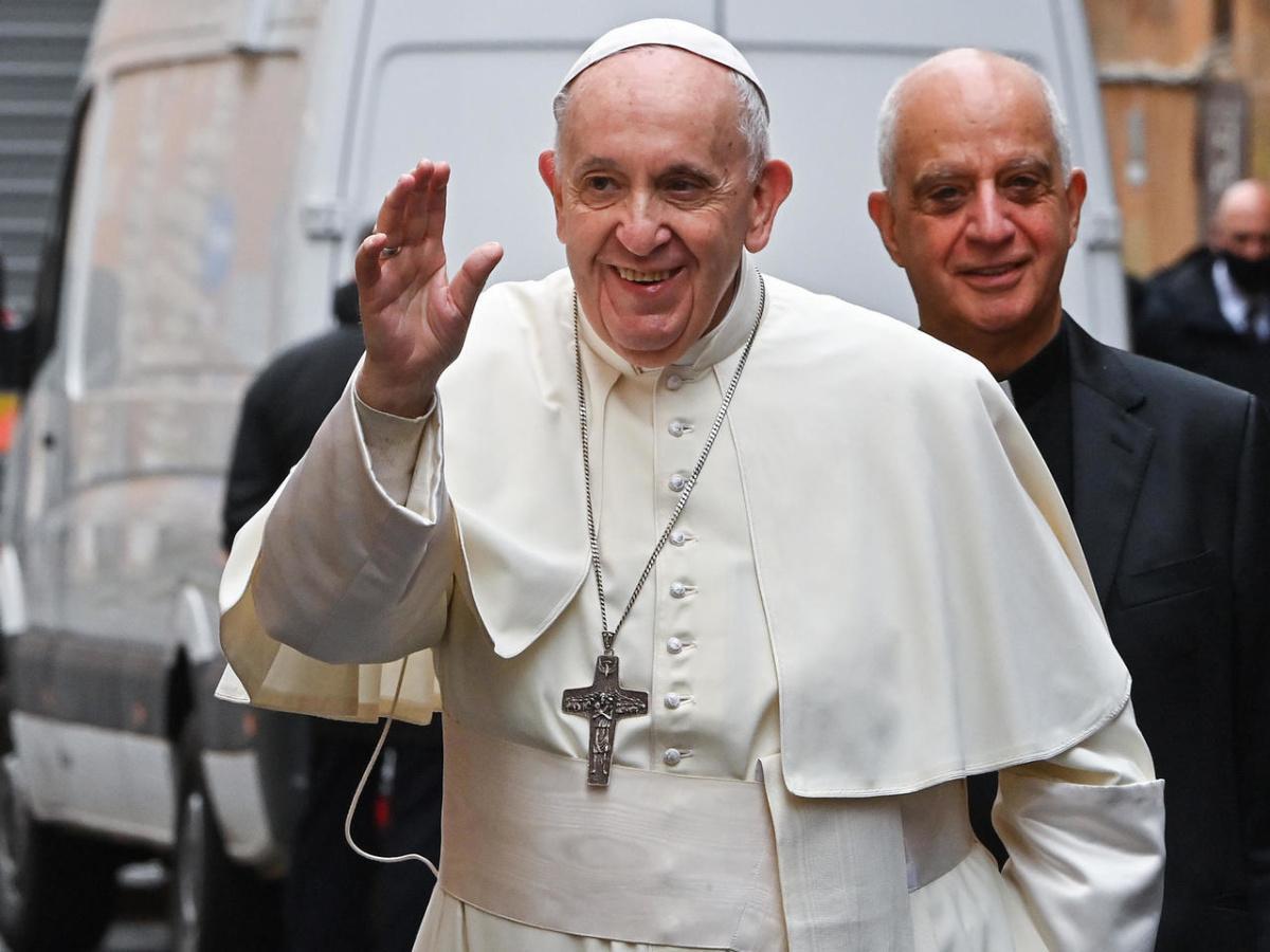 البابا فرنسيس يحيي قداسا مع سجناء ولاجئين