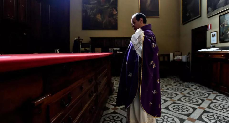 """كاهن إيطالي يعلن أمام المصلين تخليه عن الكهنوت بدافع """"الحب"""""""