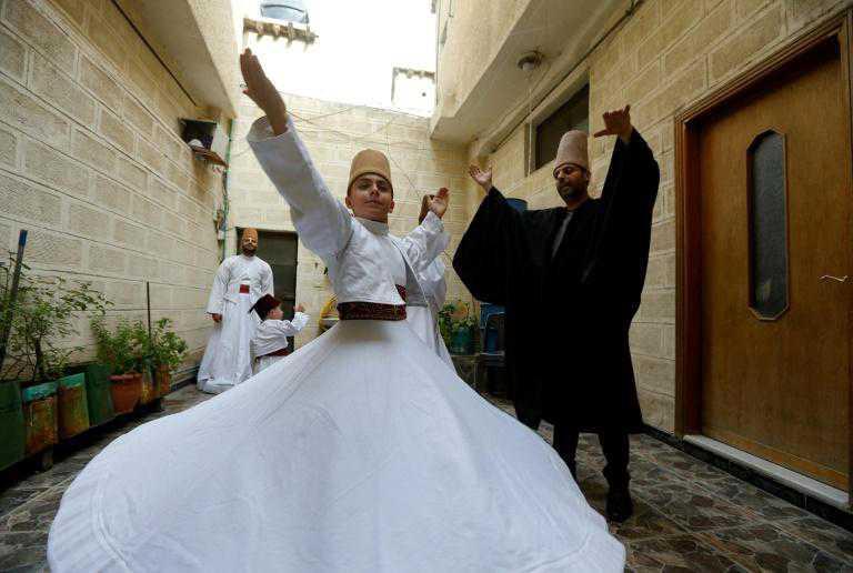 عائلة دمشقية تتوارث منذ قرن رقص المولوية الصوفية