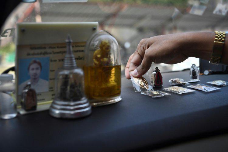 """التمائم البوذية تمنح سائقي سيارات الأجرة في تايلاند """"حماية روحية"""""""