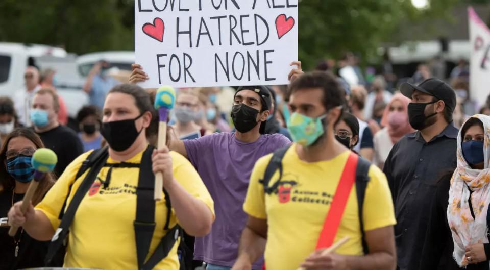 مسيرة لاشخاص من مختلف الأديان تكريما للعائلة المسلمة التي قتلت في كندا