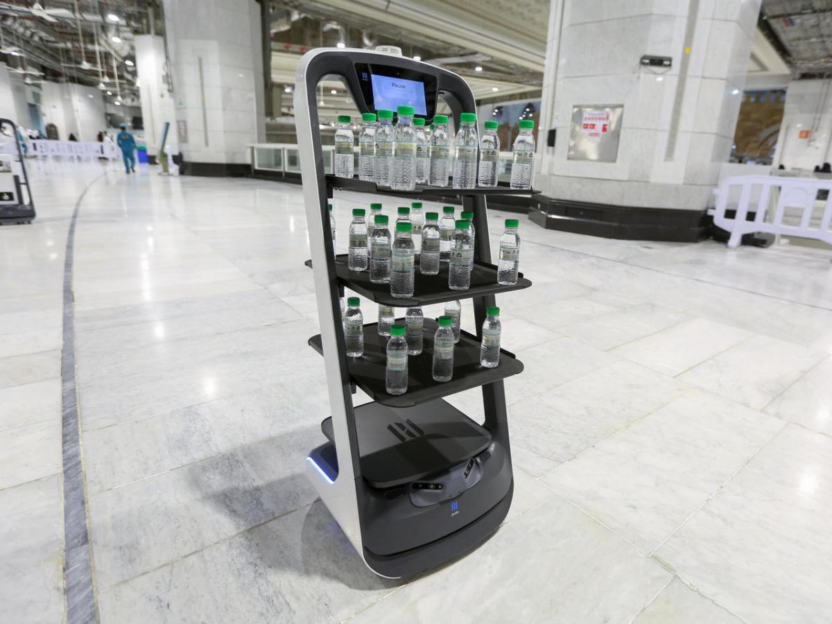 روبوتات لتوزيع مياه زمزم على زوار مكة حرصا على التباعد المادي