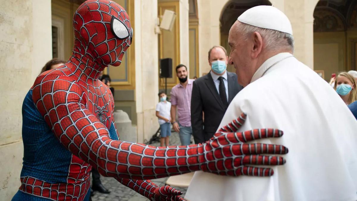 سبايدرمان صافح البابا فرنسيس في الفاتيكان