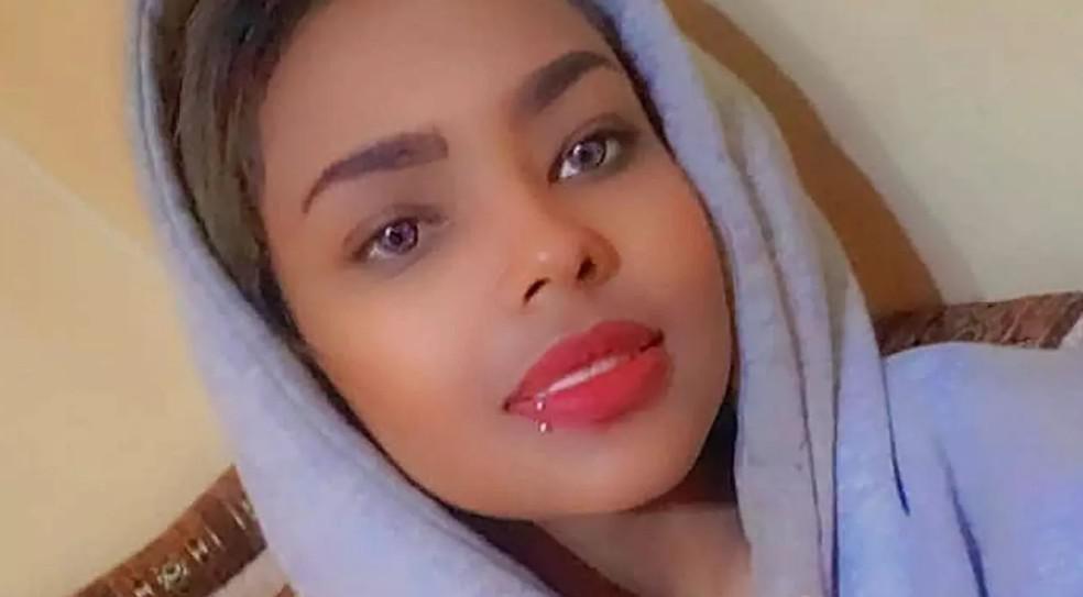 سلطات صنعاء تبدأ محاكمة عارضة أزياء يمنية