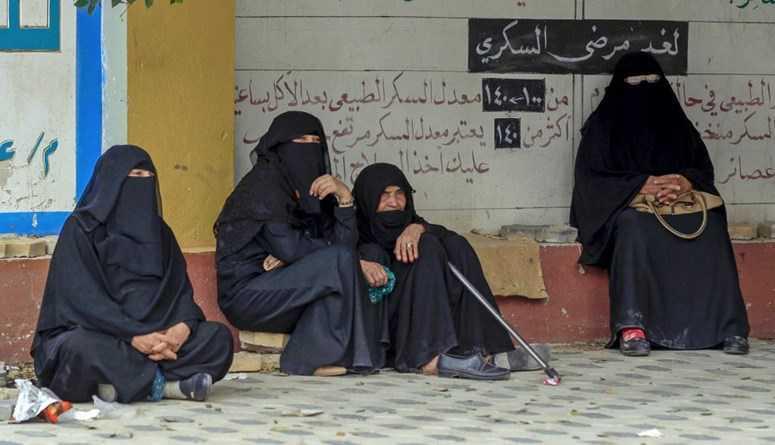 مصادرة وحرق صور لنساء على علب ملابس داخلية في صنعاء