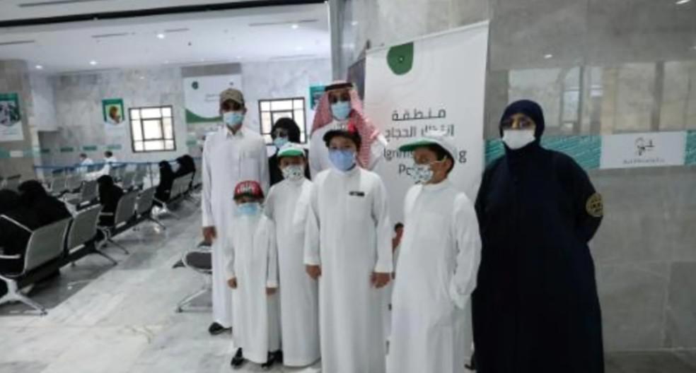 أبناء مطوف سعودي توفي جراء كورونا يخدمون الحجاج تنفيذا لوصيته