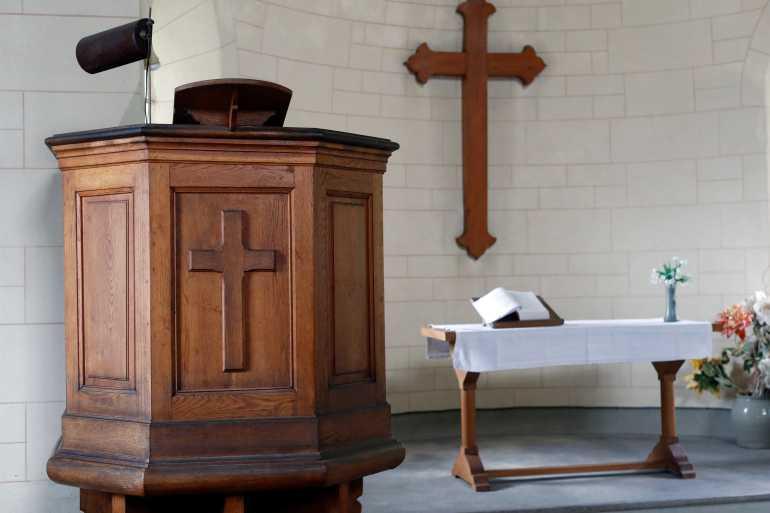 الكنيسة البروتستانتية الفرنسية تبارك زواج قسيستين مثليتين