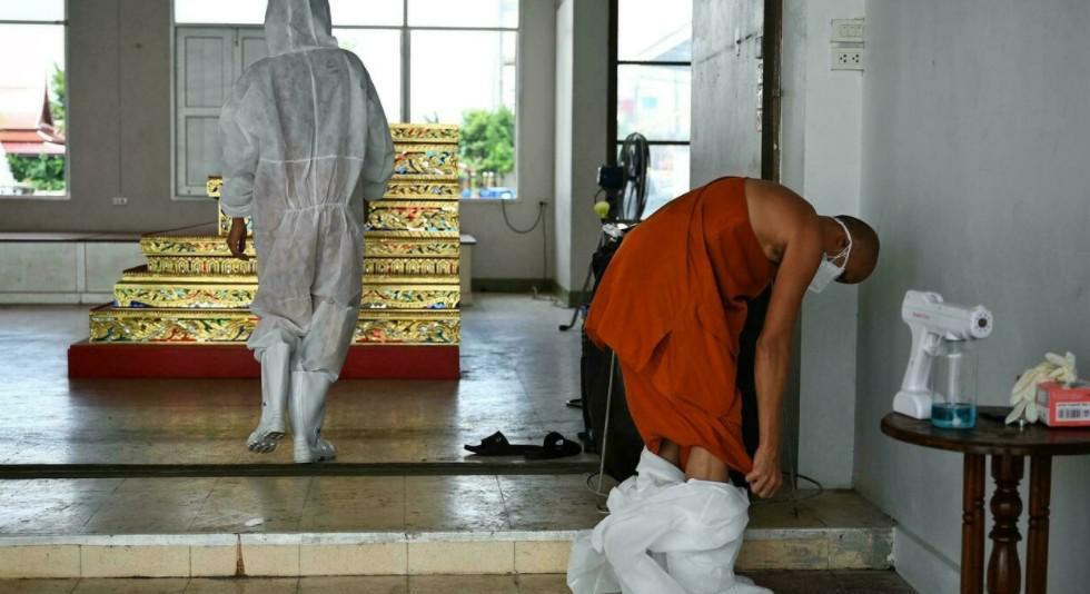الرهبان البوذيون الخطوط الأمامية لمكافحة وباء في تايلاند