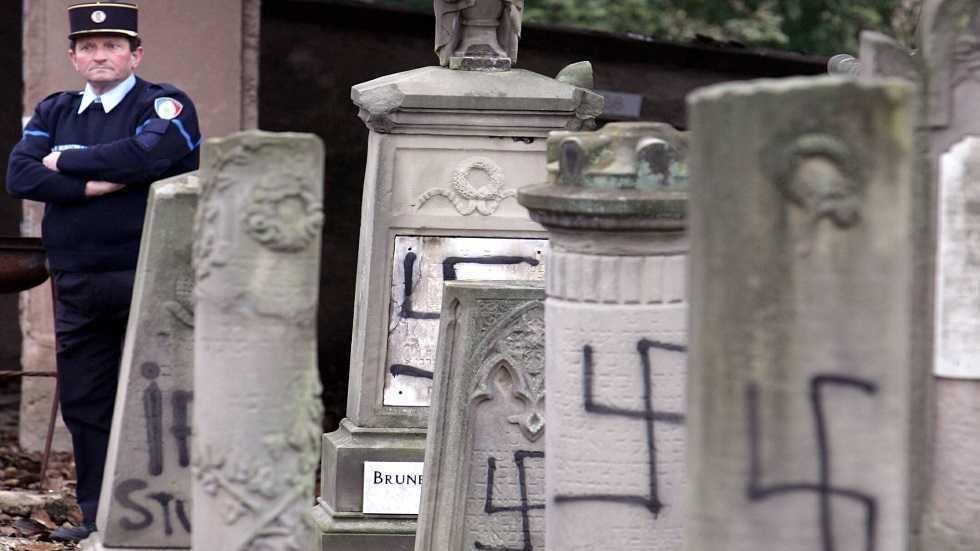 نقوش معادية للسامية على جدار مقبرة في الألزاس