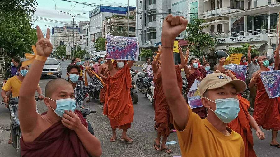 رهبان بوذيون يتظاهرون ضد الانقلاب العسكري في بورما