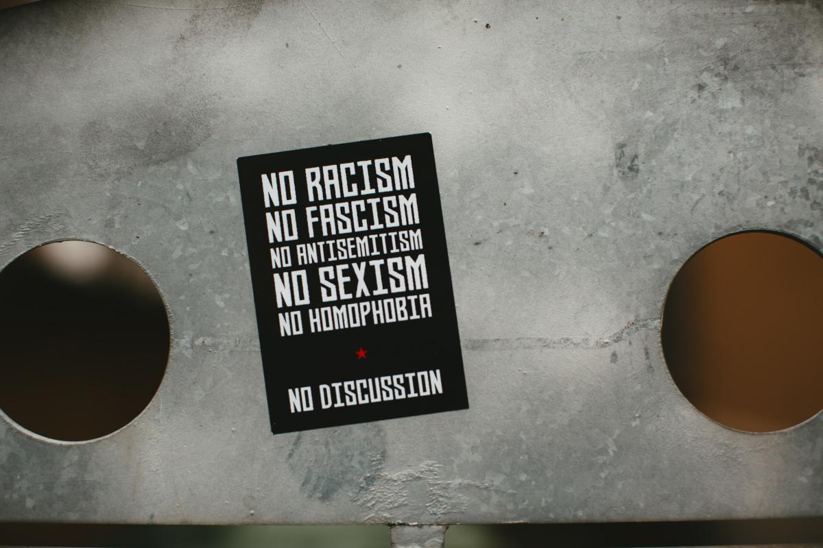 الاتحاد الأوروبي يقول إنه سيحارب تصاعد معاداة السامية عبر الإنترنت