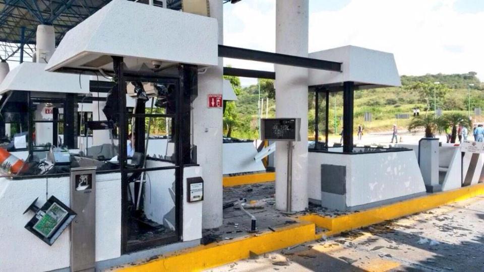 Así termina la toma de caseta Tuxtla - San Cristobal, destrozos y vehiculos quemados