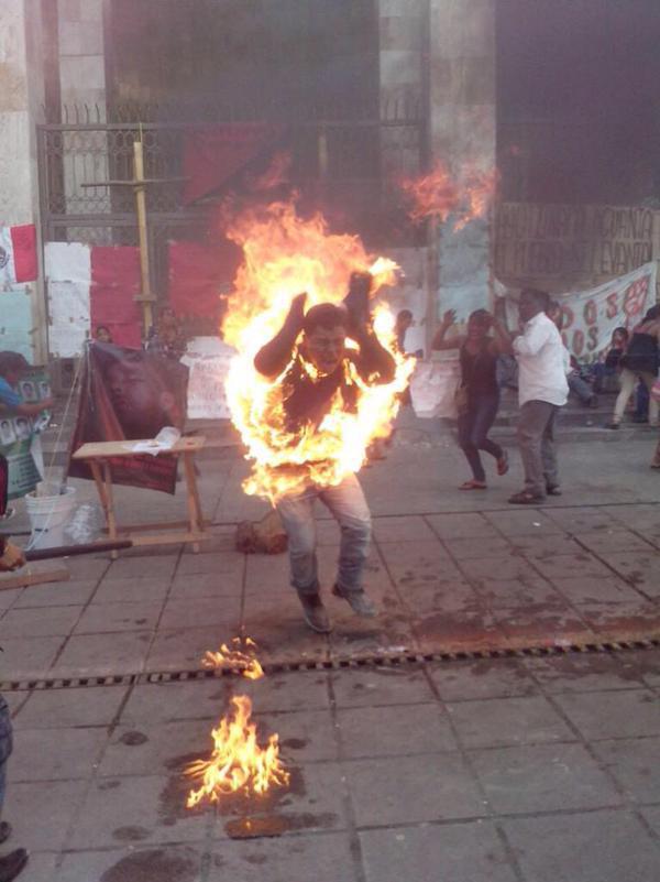 Agustín Gómez Pérez de 21 años se prende fuego frente al Congreso del estado #Chiapas
