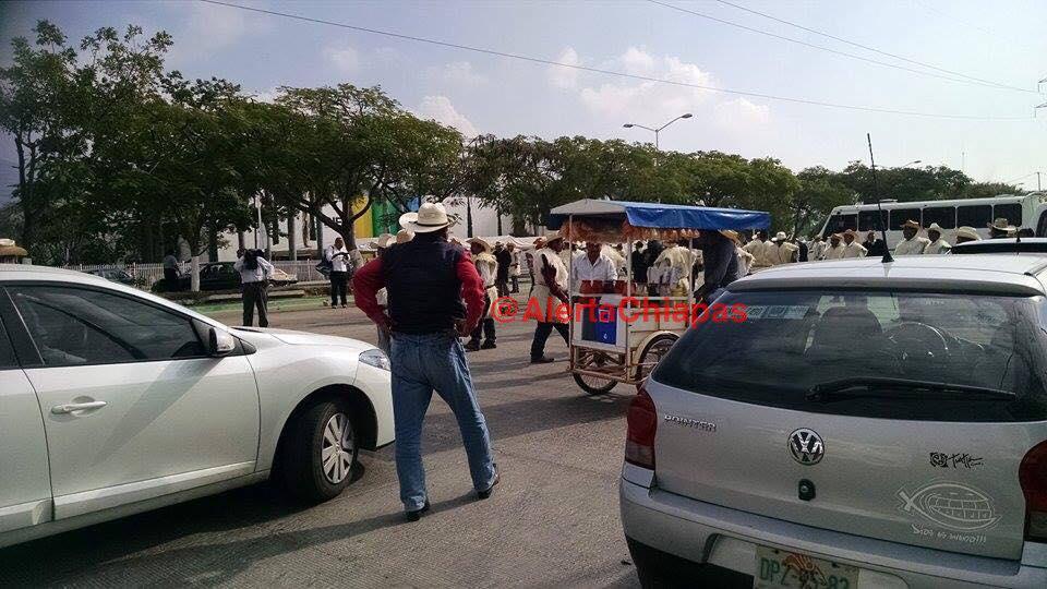 Precaución, se presenta bloqueo en libramiento norte a la altura de Torre Chiapas, tome vías alternas #Tuxtl